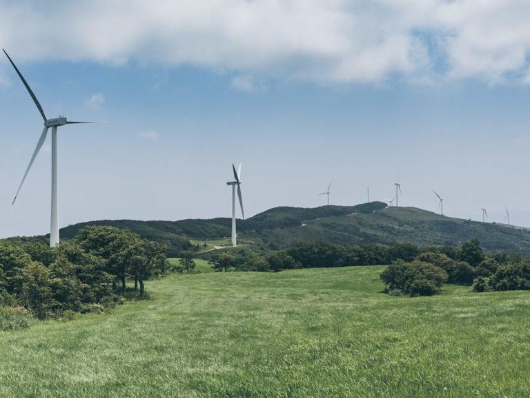 Proyectos de energía solar y eólica